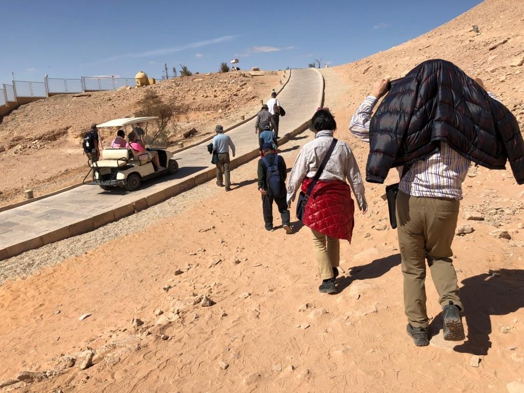 エジプト 南部 アブシンベル神殿 帰り道 徒歩で カートが通り過ぎる