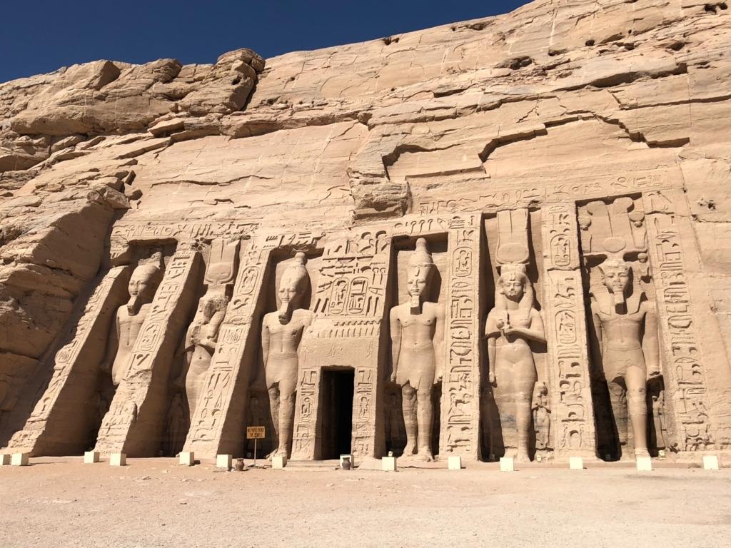 エジプト 南部 アブシンベル神殿 小神殿 4体のラムセス2世像 2体のネフェルタリ像