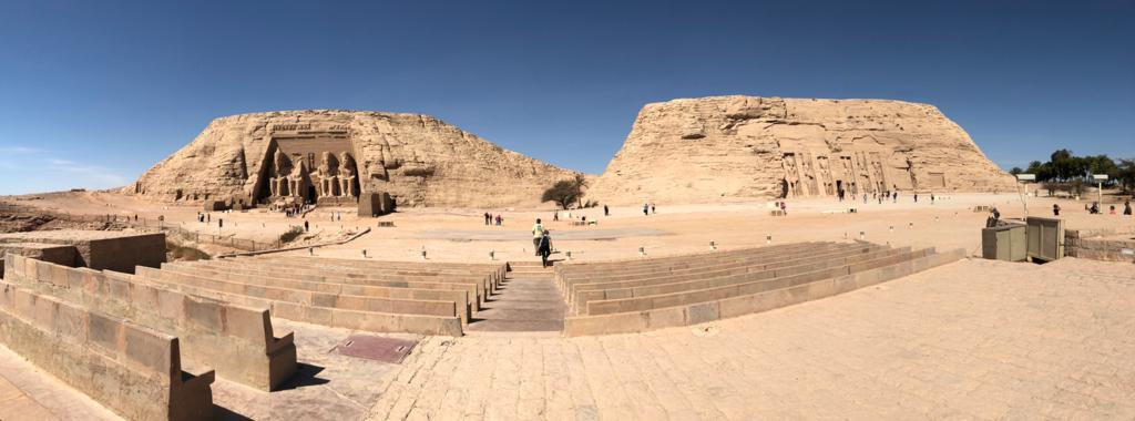 エジプト 南部 アブシンベル神殿 ナセル湖側に 音と光のショー 客席後方からパノラマ