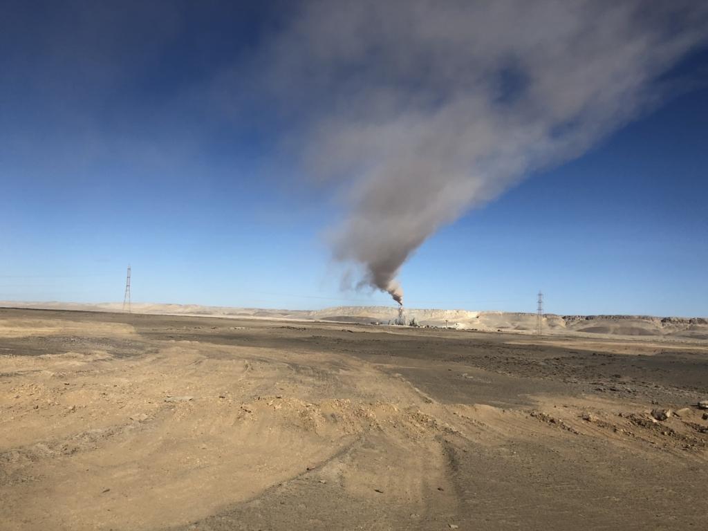 エジプト アブシンベル神殿への道 75号線 サトウキビ工場の煙