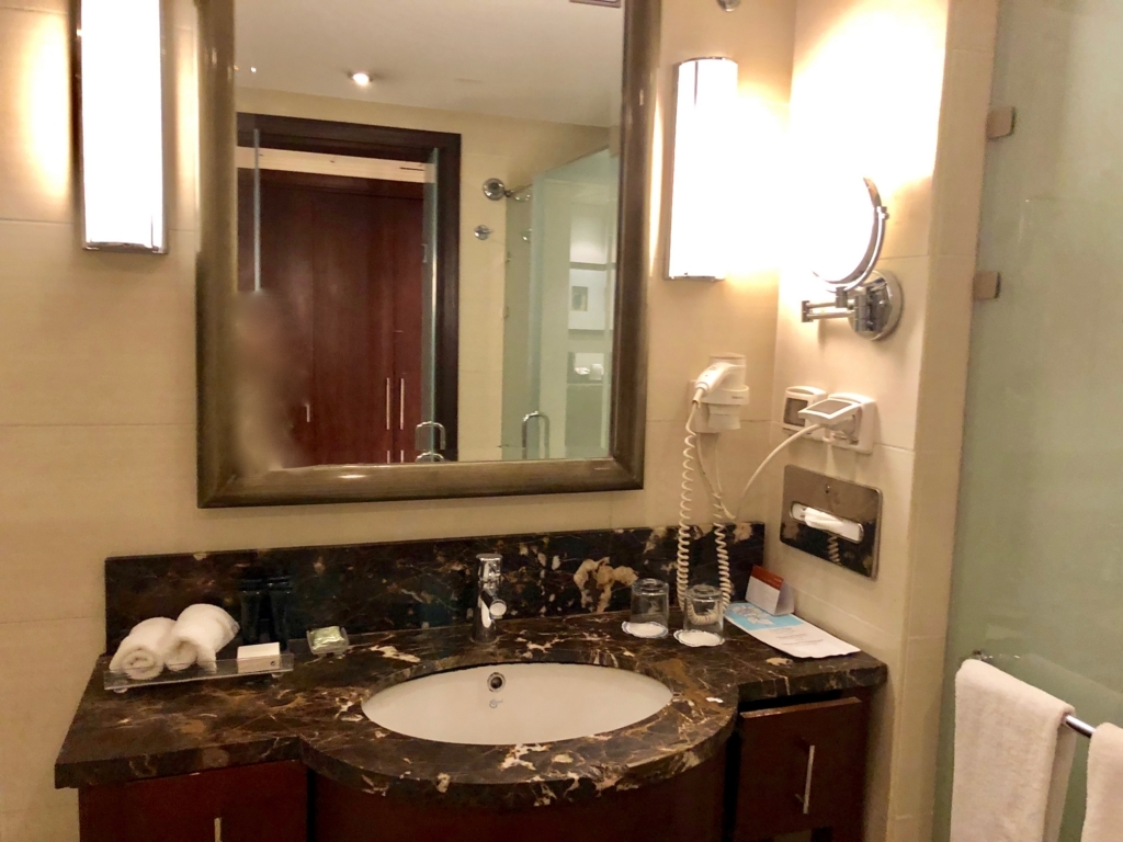 エジプト ギザ「ピラミッズホテル」部屋 バスルーム化粧台