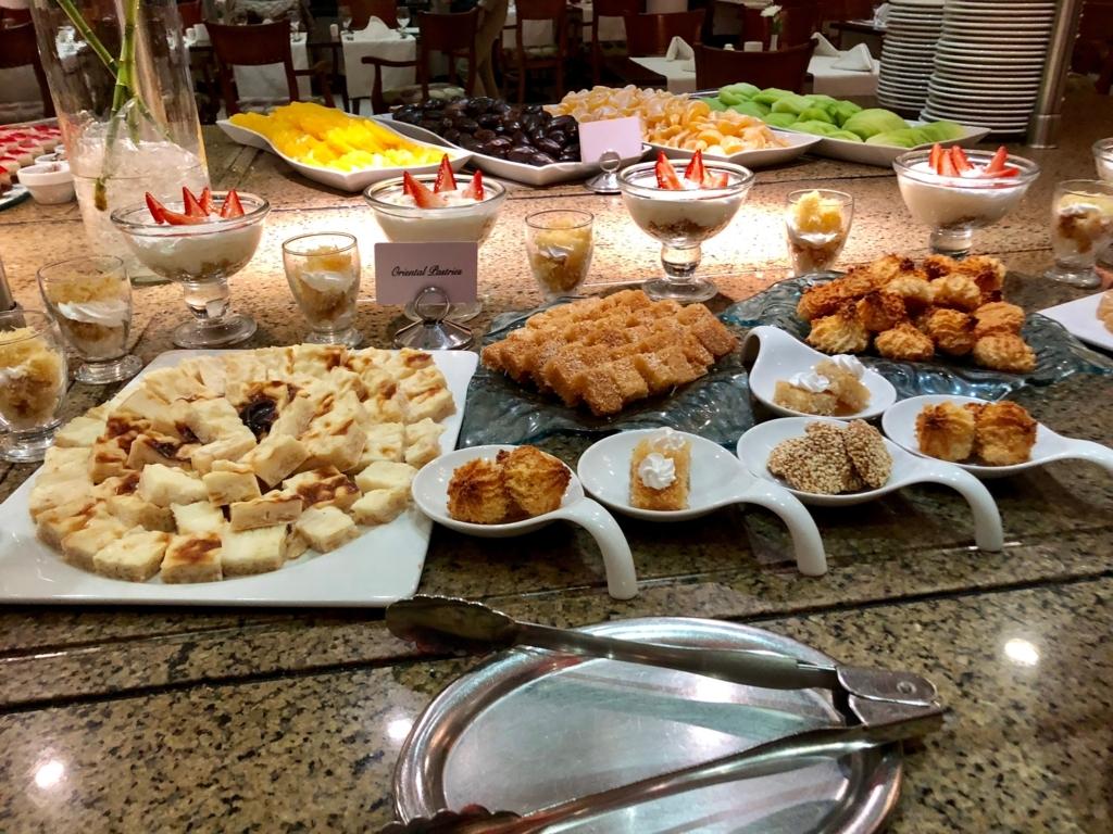 エジプト ギザ「ピラミッズホテル」 夕食バイキング クッキー、果物類