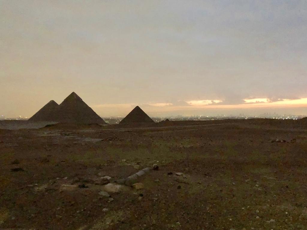 エジプト ギザ 3大ピラミッド観光 早朝 夜明け前