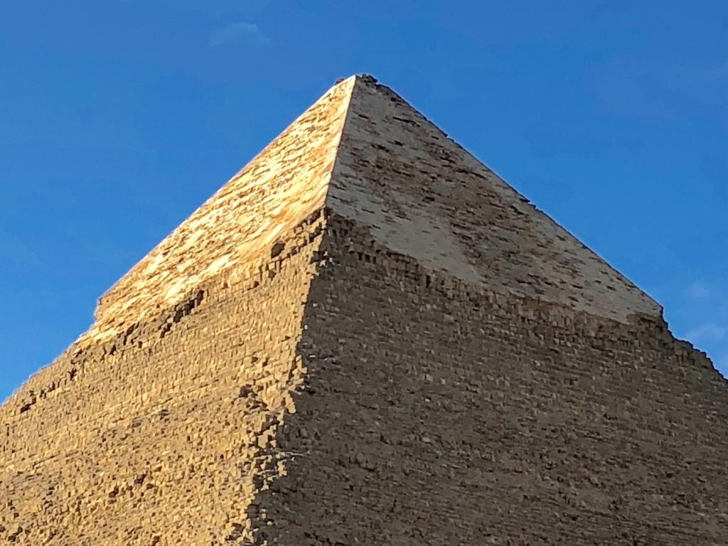 エジプト ギザ カフラー王 ピラミッド 四角錐の先端に化粧板が残っている