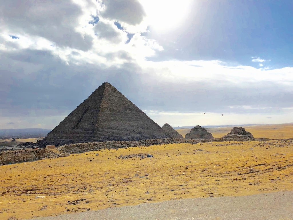 エジプト ギザ メンカウラー王 ピラミッド 周囲には3つの王妃のピラミッド