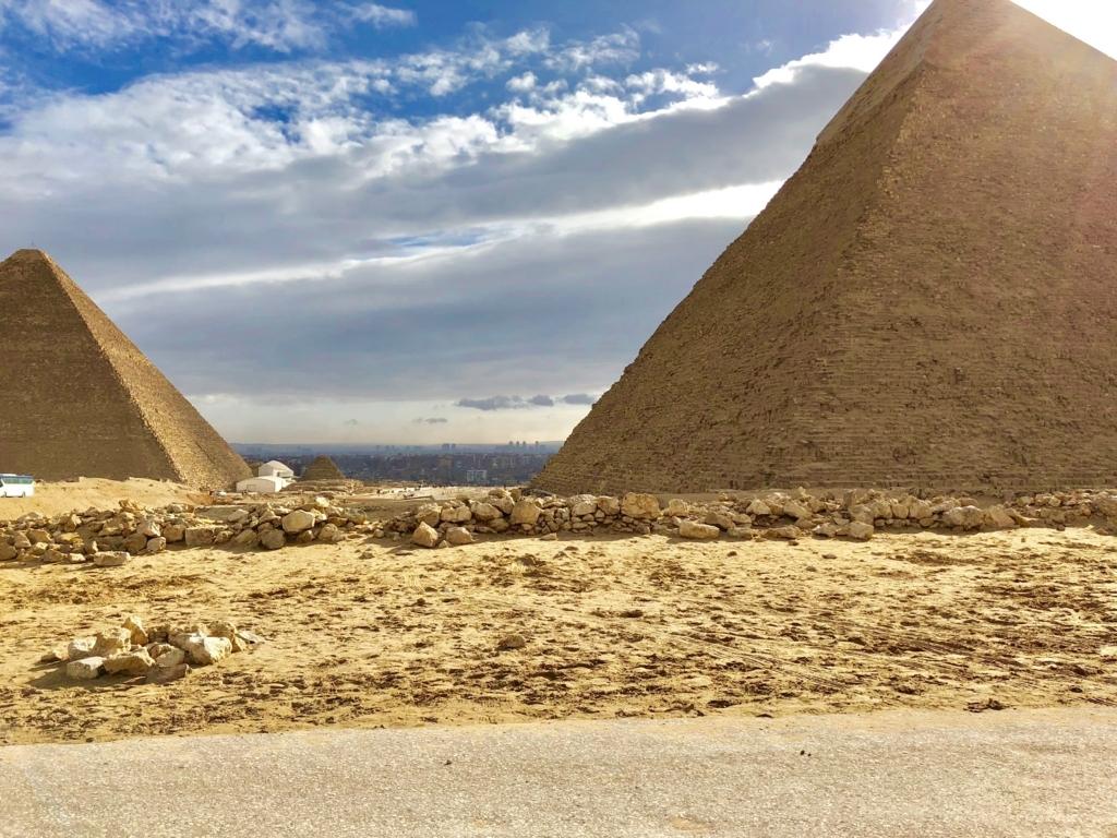 エジプト ギザ メンカウラー王 ピラミッドへの道 横にはクフ王、カフラー王のピラミッド とギザの街