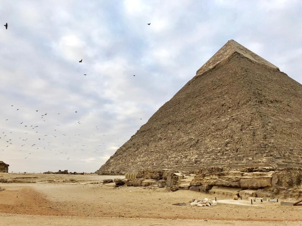 エジプト ギザ カフラー王 ピラミッド 早朝の飛び立つ鳩