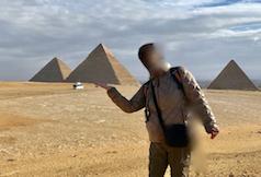 エジプト ギザ 3大ピラミッド「パノラマポイント」 で記念撮影 手のひらにピラミッド