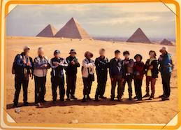 エジプト ギザ 3大ピラミッド「パノラマポイント」 で記念撮影 皆でファラオのポーズ