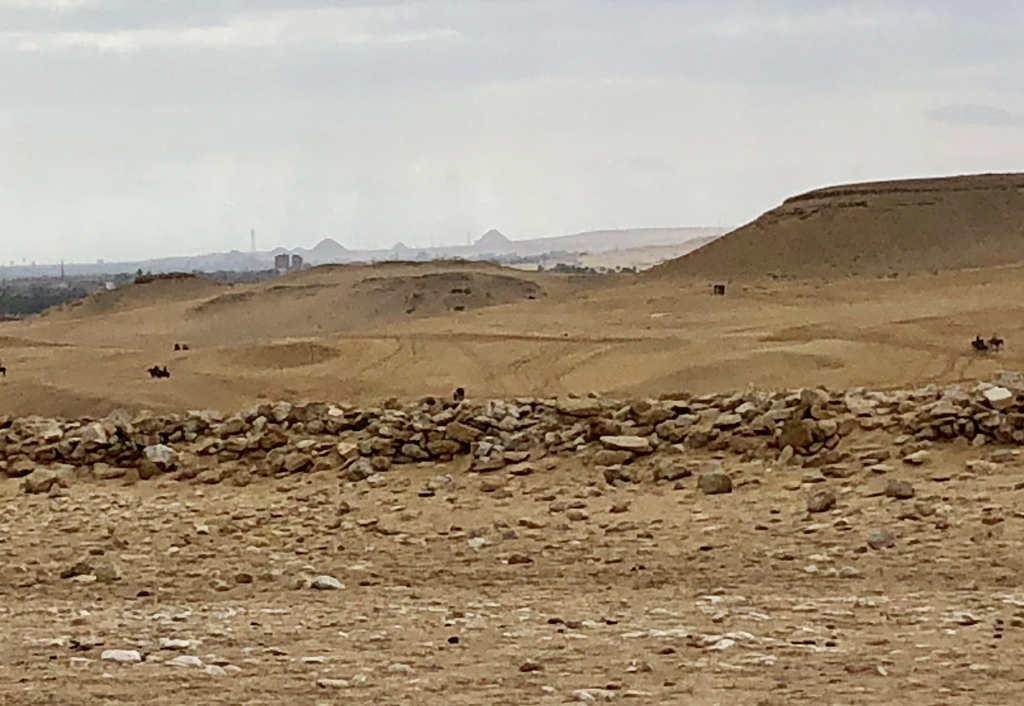 エジプト ギザ 3大ピラミッド から サッカラ方面 階段ピラミッドの影