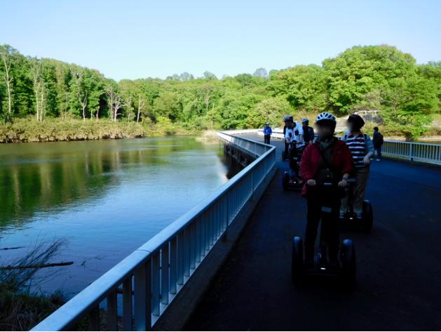 「国営武蔵丘陵森林公園」2018年4月中旬 セグウェイツアー  山田大沼の橋 を走行