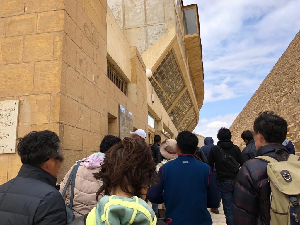 エジプト ギザ 「太陽の船博物館」へ  クフ王のピラミッド側