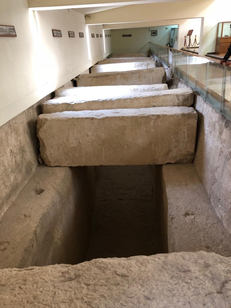 エジプト ギザ 「太陽の船博物館」太陽の船 発掘場所 石室