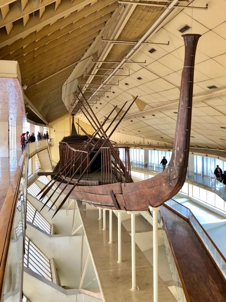 エジプト ギザ 「太陽の船博物館」復元された 太陽の船 船首から