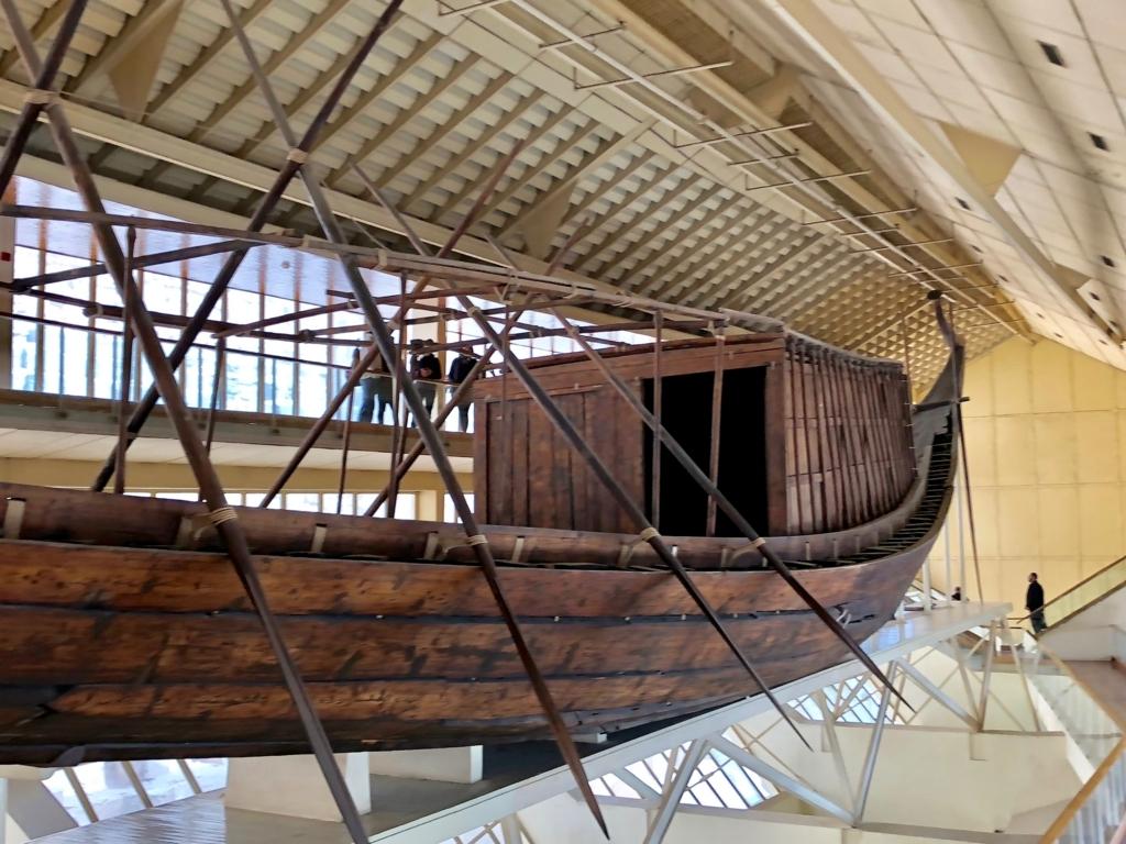 エジプト ギザ 「太陽の船博物館」復元された 太陽の船 側面