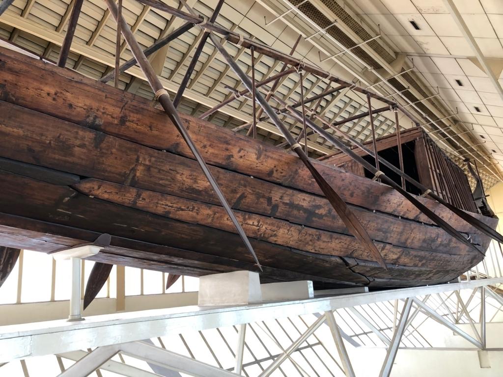 エジプト ギザ 「太陽の船博物館」復元された 太陽の船 側面 下から