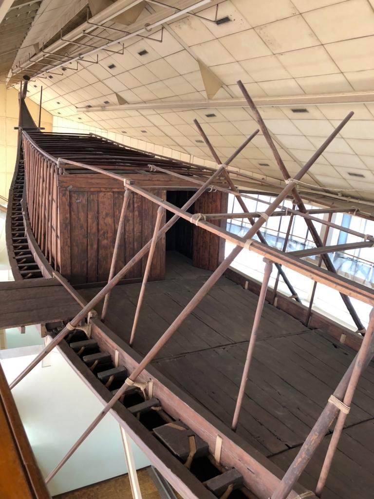 エジプト ギザ 「太陽の船博物館」復元された 太陽の船 上から