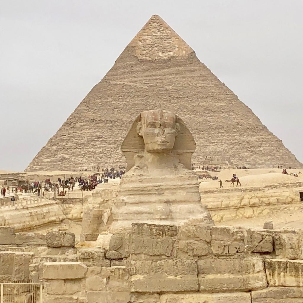 エジプト ギザ 大スフィンクス と カフラー王のピラミッド