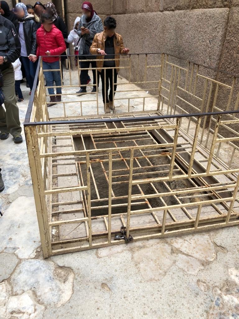 エジプト ギザ 大スフィンクスそば  河岸神殿 「カフラー王坐像」が発見された竪穴