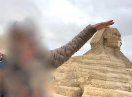 エジプト ギザ 大スフィンクス 記念撮影 頭をなでる