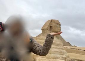 エジプト ギザ 大スフィンクス 記念撮影 顎をなでる
