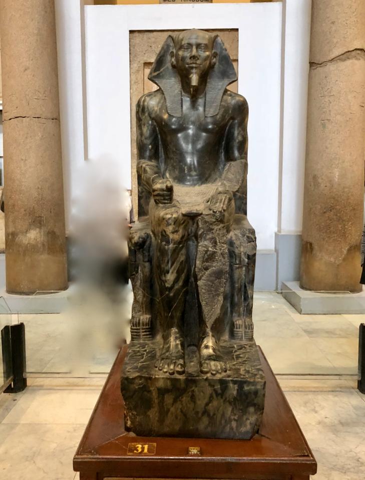 エジプト カイロ「エジプト考古学博物館」1階年代別エリア ホルス神に守られる カフラー王