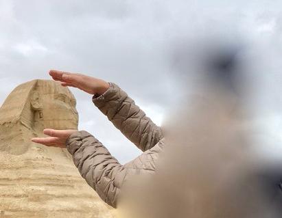 エジプト ギザ 大スフィンクス 記念撮影 頭を挟む