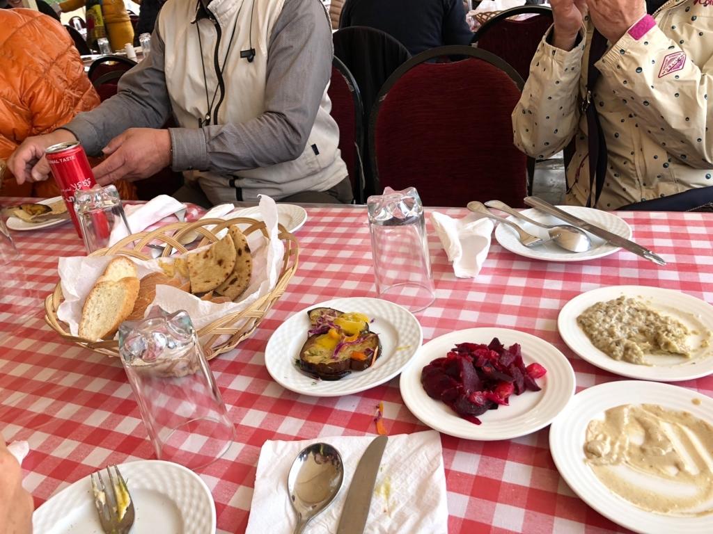 エジプト ギザ レストラン「Panorama Sphinx Restaurant and cafe」「タヒーナ」ゴマのペーストと茄子の料理 とパン