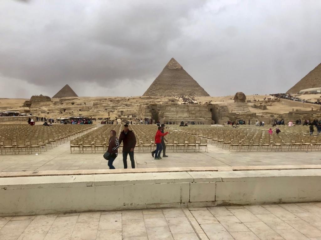 エジプト ギザ レストラン「Panorama Sphinx Restaurant and cafe」前は「音と光のショー」の観客席