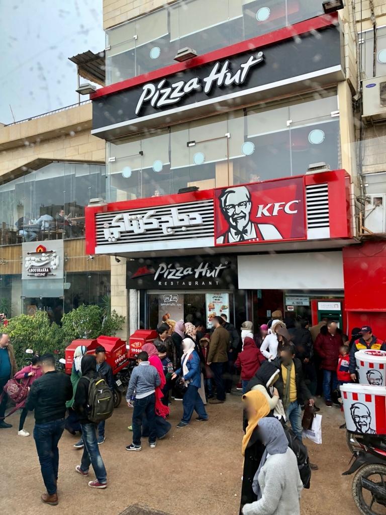 エジプト ギザ 大スフィンクス正面 「Pizza Hut」と「ケンタッキーフライドチキン」
