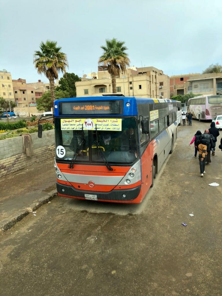 エジプト ギザ ピラミッド近くの 街並み 路線バス待機?