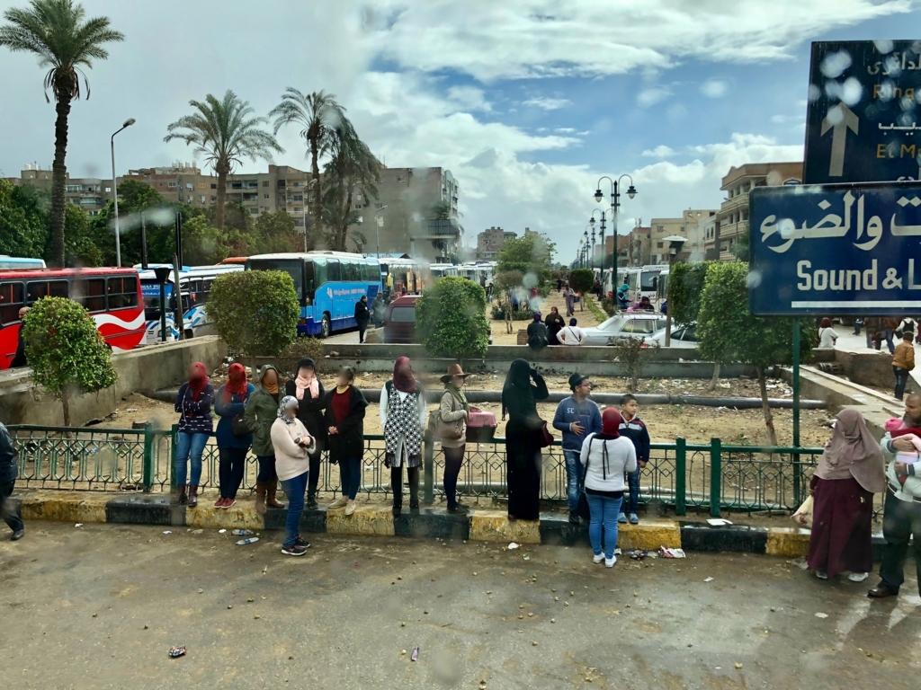 エジプト ギザ ピラミッド近くの 街並み 観光バス渋滞