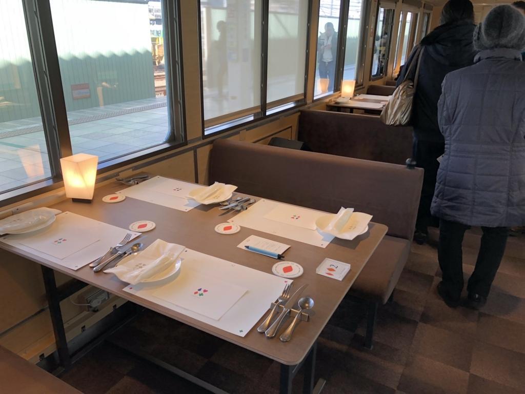西武鉄道『西武 旅するレストラン「52席の至福」』座席 コース準備