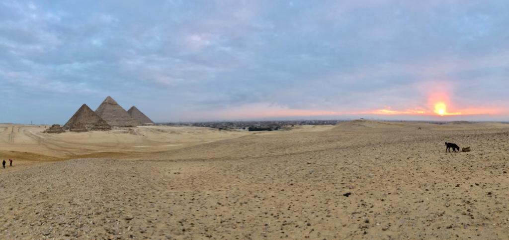 エジプト ギザ 3大ピラミッドエリア  顔を出した朝日 パノラマ撮影