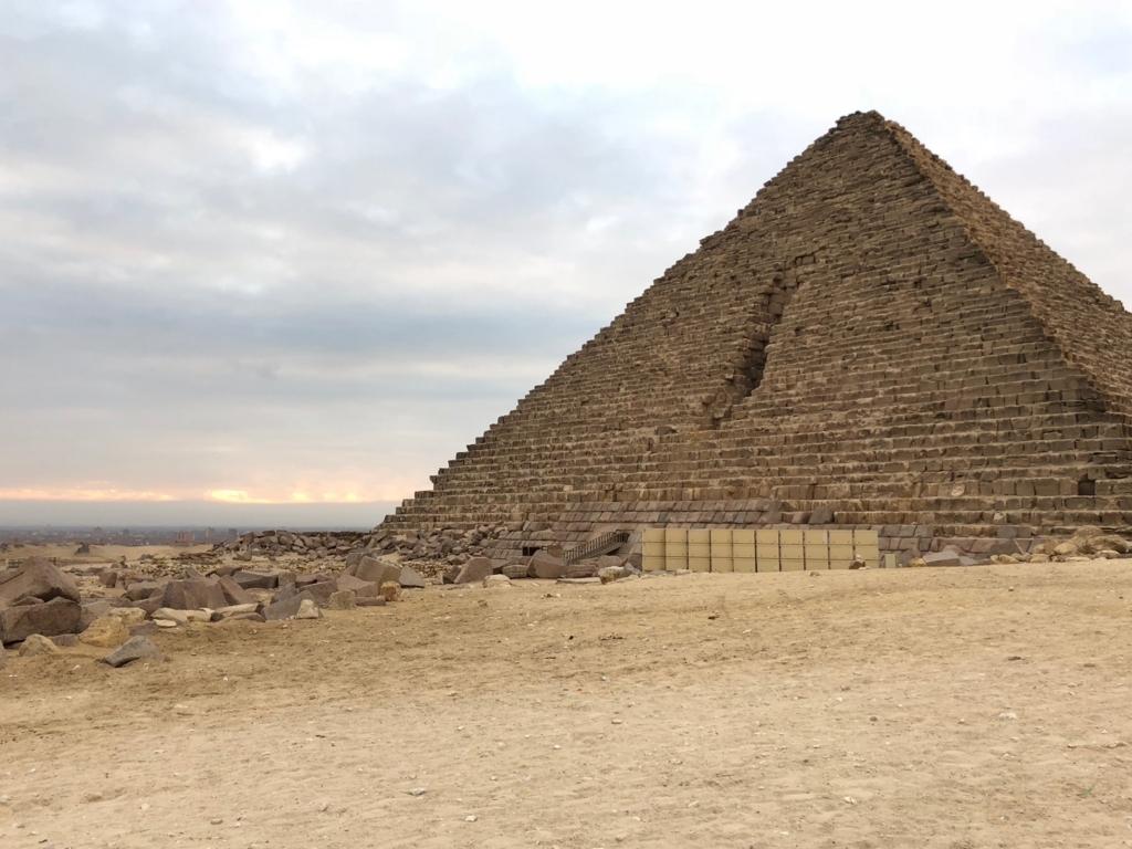 エジプト ギザ メンカウラー王のピラミッド  朝焼け