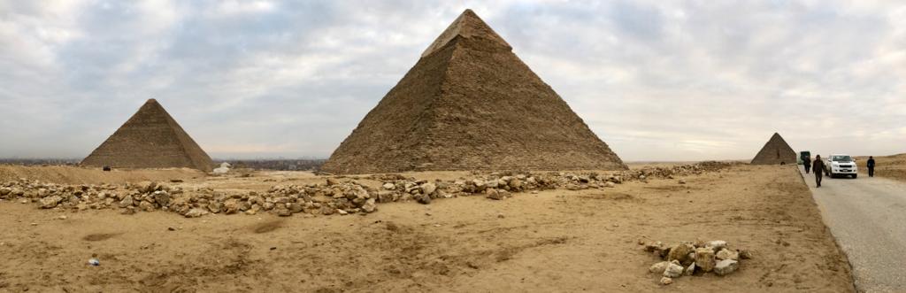 エジプト ギザ 3大ピラミッドエリア 開場前 朝日鑑賞帰り道 振り返ったら、3大ピラミッドが等間隔に