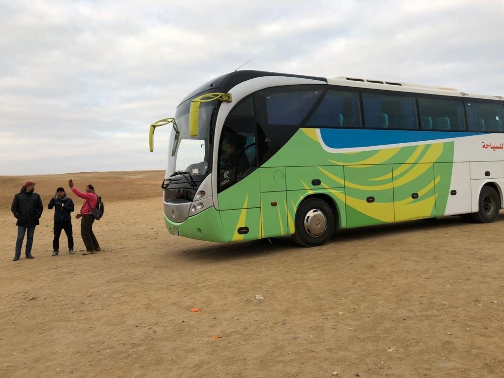 エジプト ギザ 朝日鑑賞 カフラー王のピラミッドの手前で 観光バスのお迎え