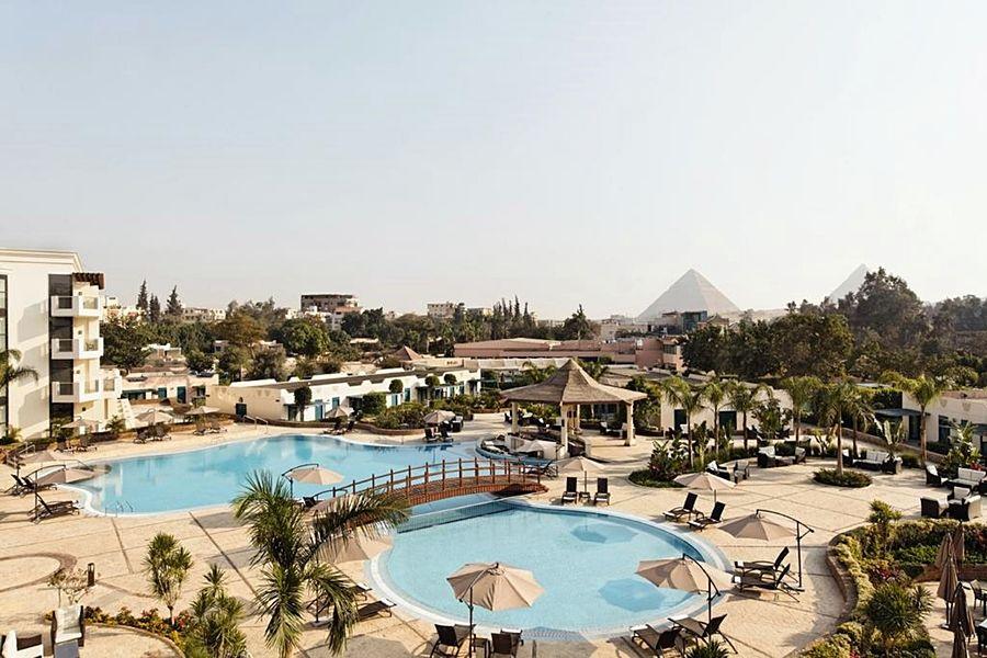 エジプト ギザ「ピラミッズホテル」プール 2つの屋外プール by pyramids.hotelscairo.net
