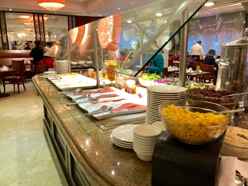 エジプト ギザ「ピラミッズホテル」 朝食バイキング ハム・サラダ類