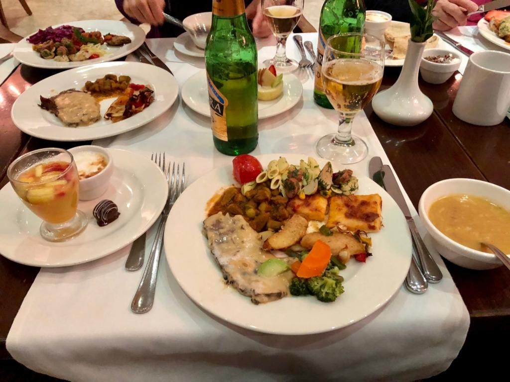 エジプト ギザ「ピラミッズホテル」 夕食バイキング 食卓