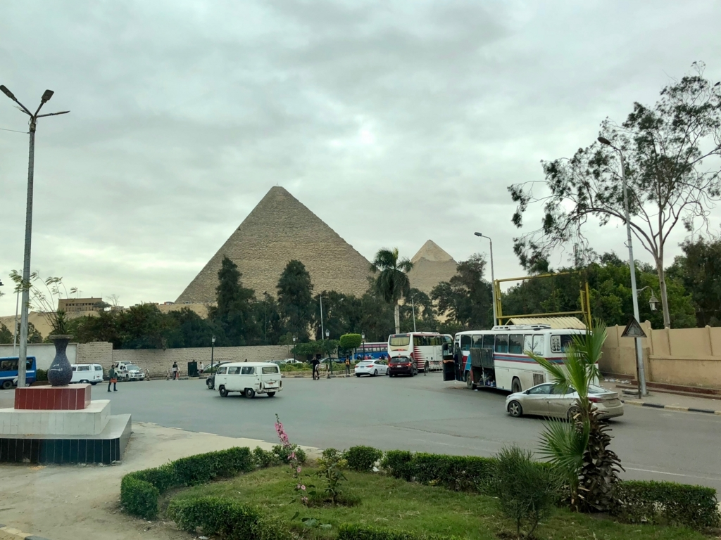 エジプト カイロ「エジプト考古学博物館」への車窓 ピラミッド 見納めです...