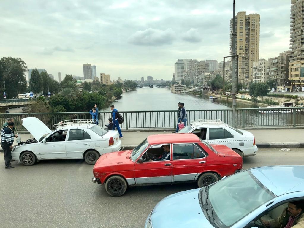 エジプト カイロ「エジプト考古学博物館」への車窓 ナイル川 中洲前の細い流れ