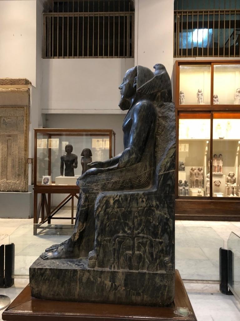 エジプト カイロ「エジプト考古学博物館」1階年代別エリア ホルス神に守られる カフラー王 側面から