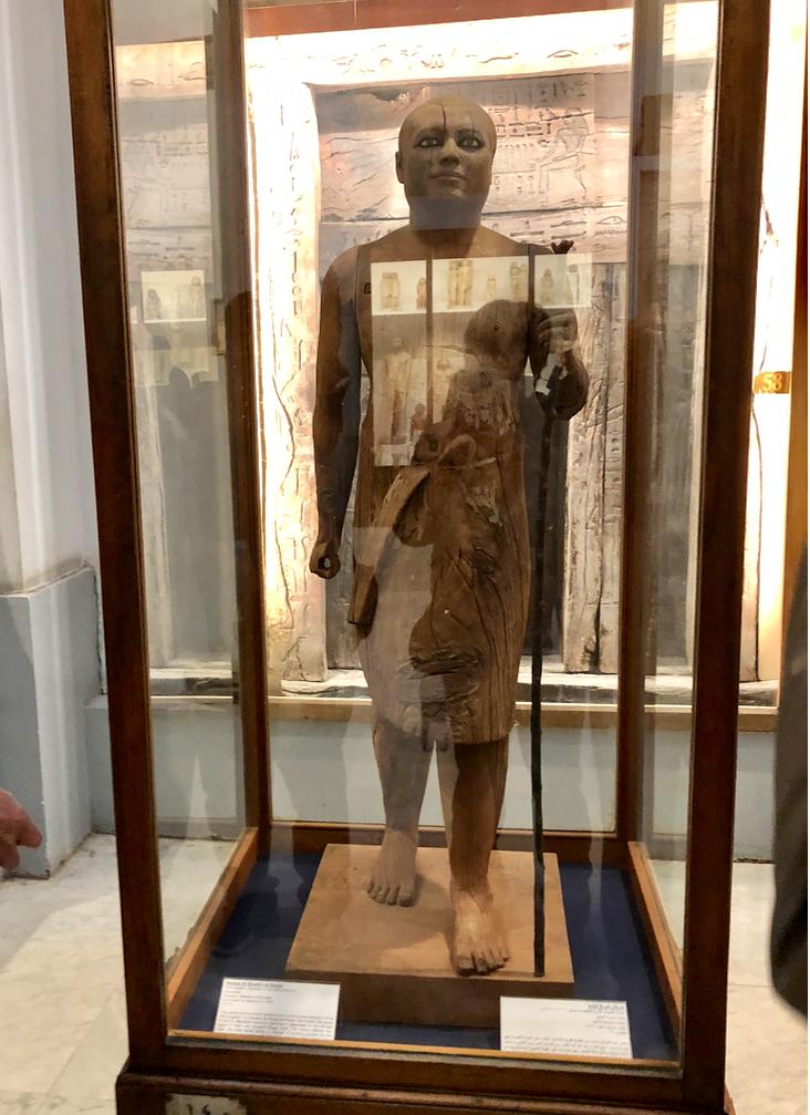 エジプト カイロ「エジプト考古学博物館」1階年代別エリア 神官カーアペルの像(村長の像)