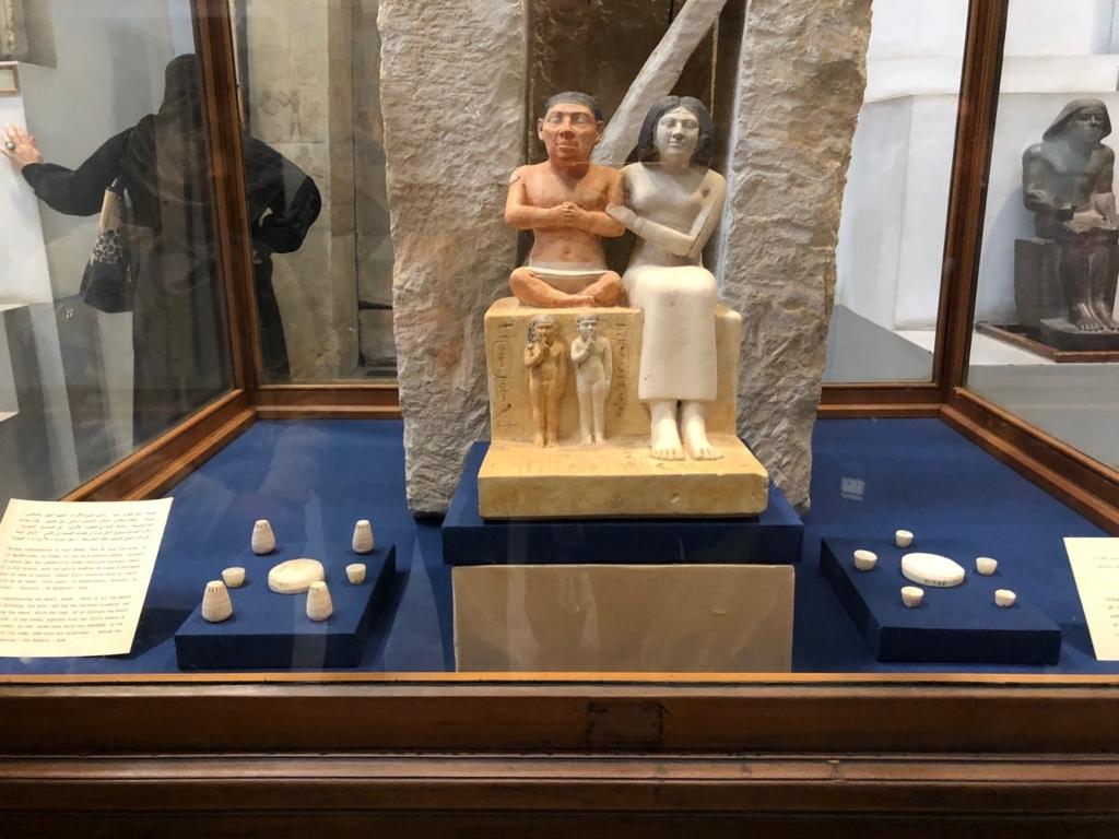エジプト カイロ「エジプト考古学博物館」1階年代別エリア ゼネブと家族の像