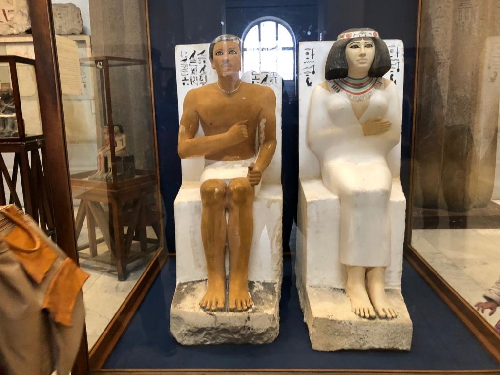 エジプト カイロ「エジプト考古学博物館」1階年代別エリア ラーホテプとネフェルトの座像