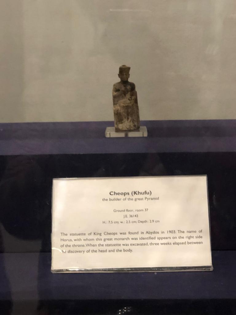 エジプト カイロ「エジプト考古学博物館」1階年代別エリア クフ王の座像