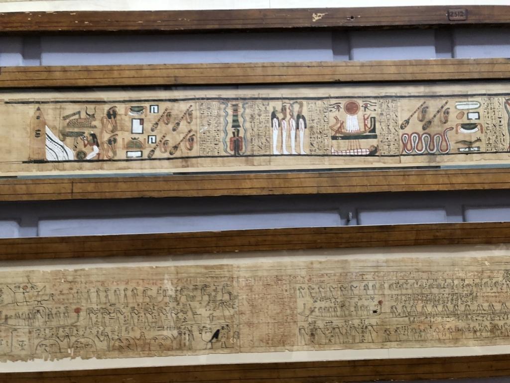 エジプト カイロ「エジプト考古学博物館」階段踊り場 たくさんのパピルス展示