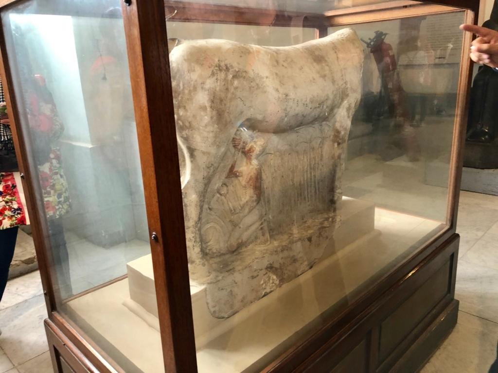 エジプト カイロ「エジプト考古学博物館」1階年代別エリア ハトシェプスト女王 牡牛の乳をハトシェプスト女王が飲んでいる像
