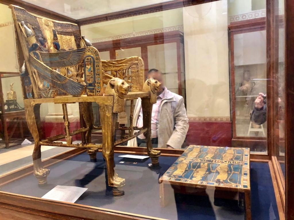 エジプト カイロ 「エジプト考古学博物館」ツタンカーメン 黄金の玉座 側面